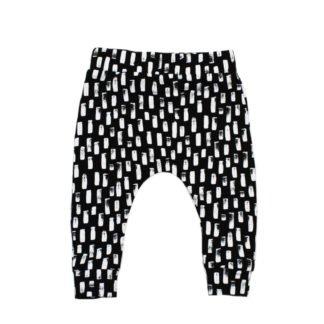 babybroekje-zwart-met-print-witte-streepjes