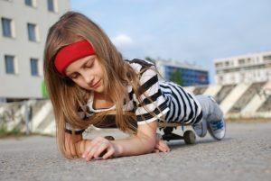 Meisje met gestreept shirt op skateboard kindermode 2019